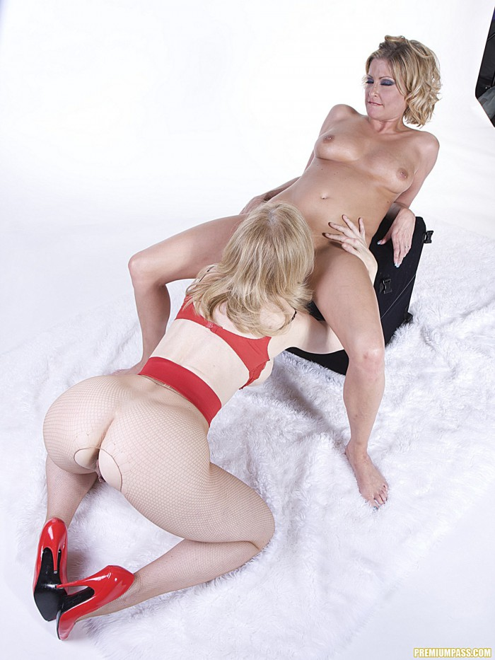 Nina Hartley Eating Pussy